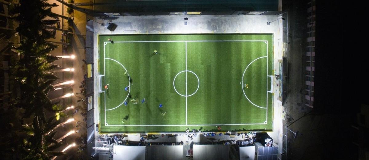 Boisko, które doświetlają sami piłkarze