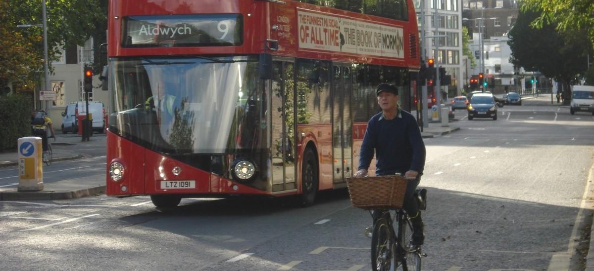 W Londynie samochody zwalniają na wymalowanych szykanach
