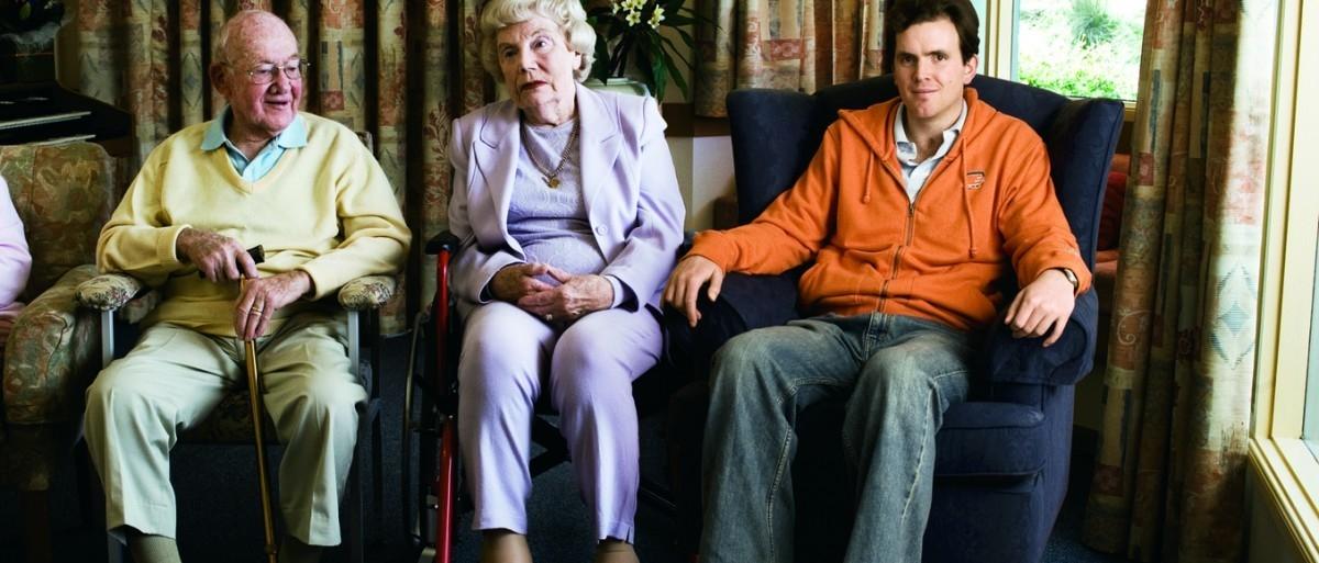 Młodzi ludzie zamieszkali w domu starców