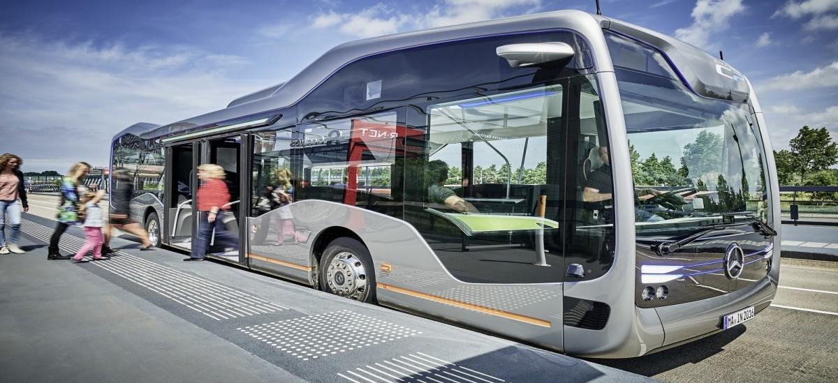 Autobus przyszłości pomaga kierowcy prowadzić