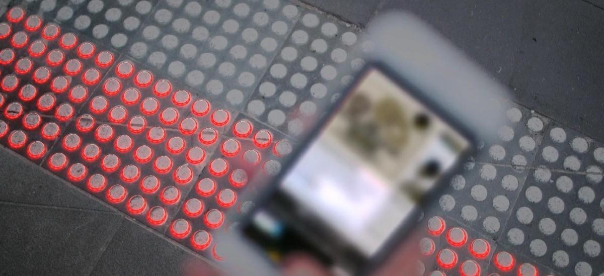 A dla przechodzących ze smartfonem sygnalizacja świetlna pod nogami