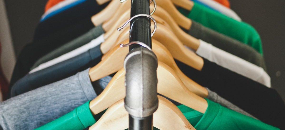 Szafa pełna inteligentnych ubrań, które same wiedzą, że ich czas dobiegł końca i trzeba udać się do biednych