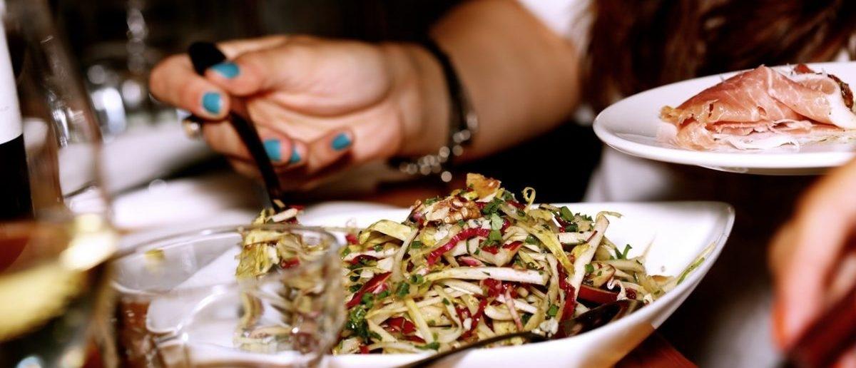 W restauracjach wyprzedaż posiłków po godzinach jedzeniowego szczytu