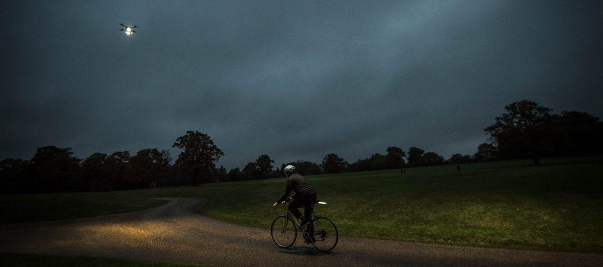 Na nocnej wycieczce drony oświetlą drogę