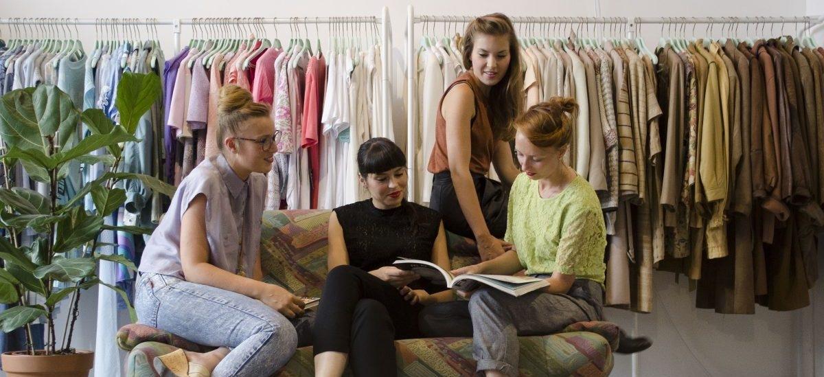 Biblioteka z ubraniami odtrutką na fast-fashion
