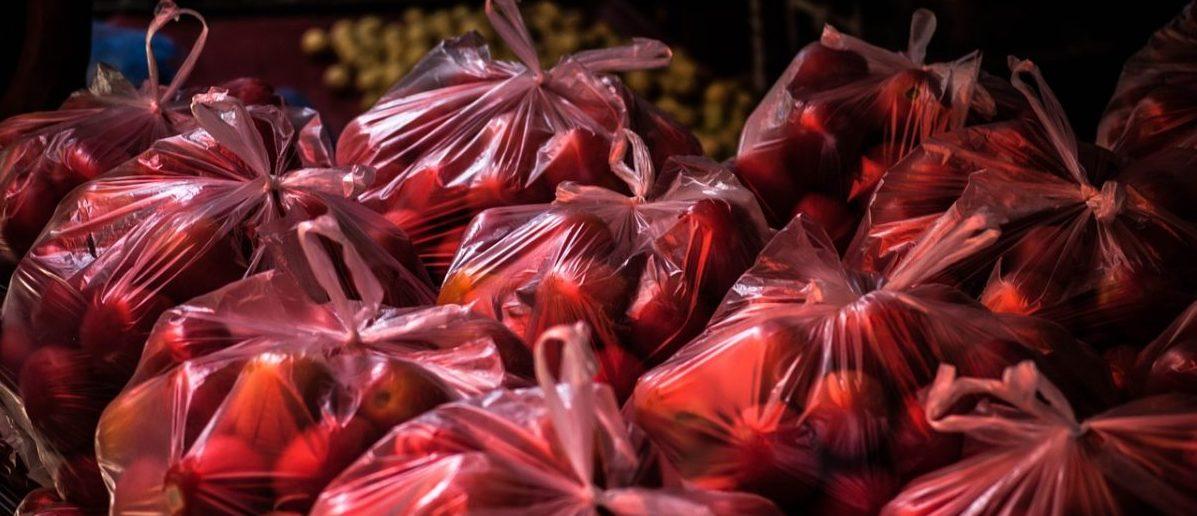 Plastik w odwrocie: na cenzurowanym są już nie tylko torebki, ale także jednorazowe kubki i sztućce