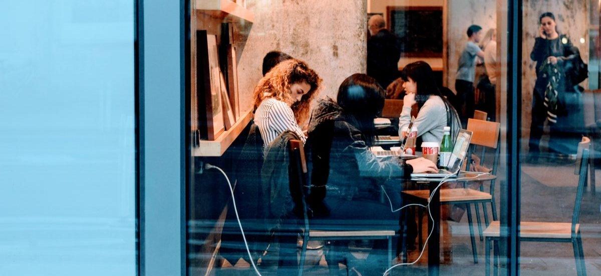 Zabranie resztek obiadu z restauracji to krępująca sprawa, kelnerzy sami powinni oferować porcje na wynos
