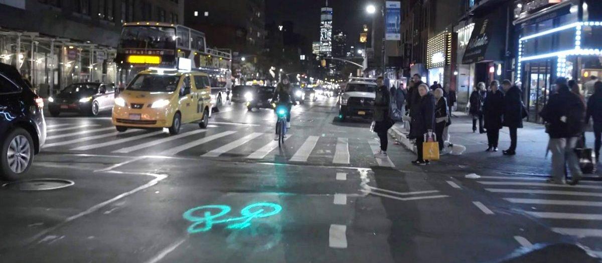 Laserowe projektory wyświetlające na jezdni symbol roweru zwiększają bezpieczeństwo cyklistów