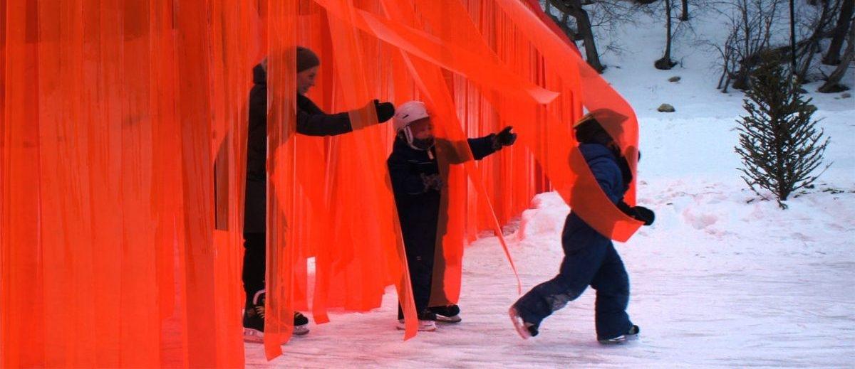 W czasach wznoszenia murów na trasie łyżwiarskiej w Winnipeg powstał łatwy do przekroczenia antymur