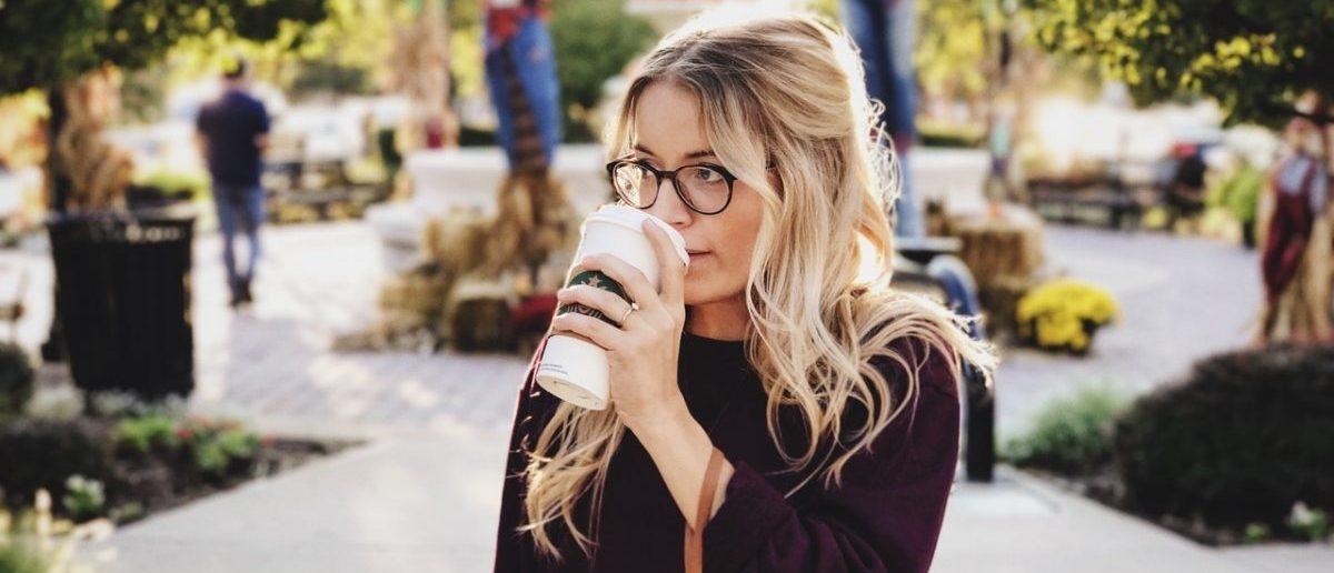 Jednorazowe kubki do kawy na cenzurowanym