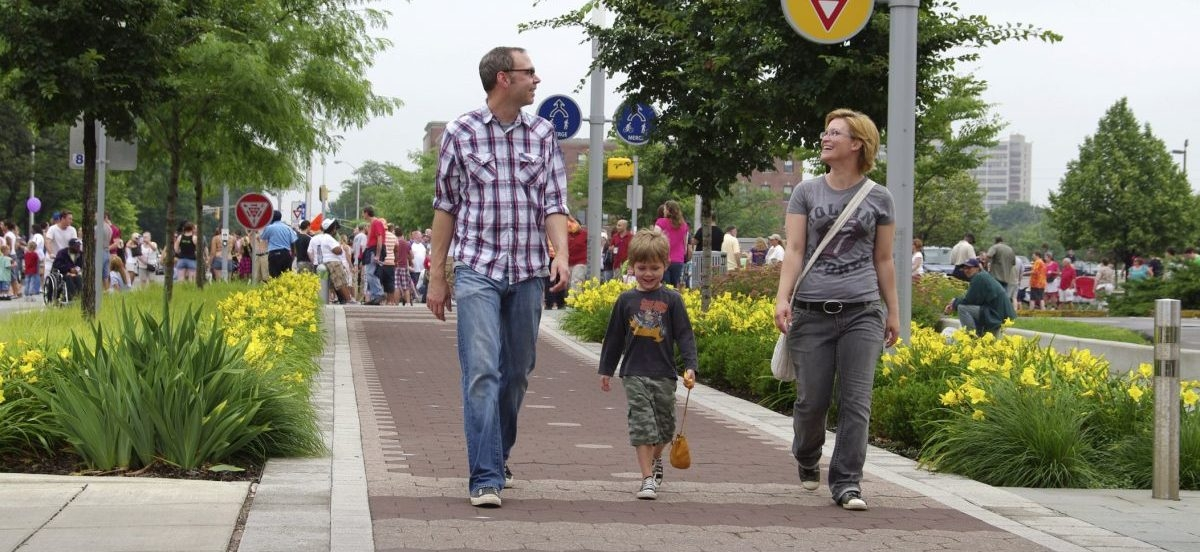 Przestrzeń dla pieszych bierze górę nad tą dla aut. To tam powstaje nowa miejska zabudowa.