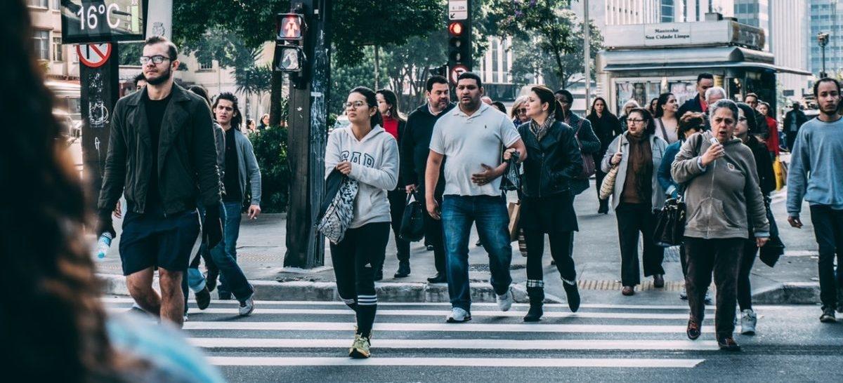 Ludzie pieszo przemierzają miasta, w których czują się bezpiecznie na drodze