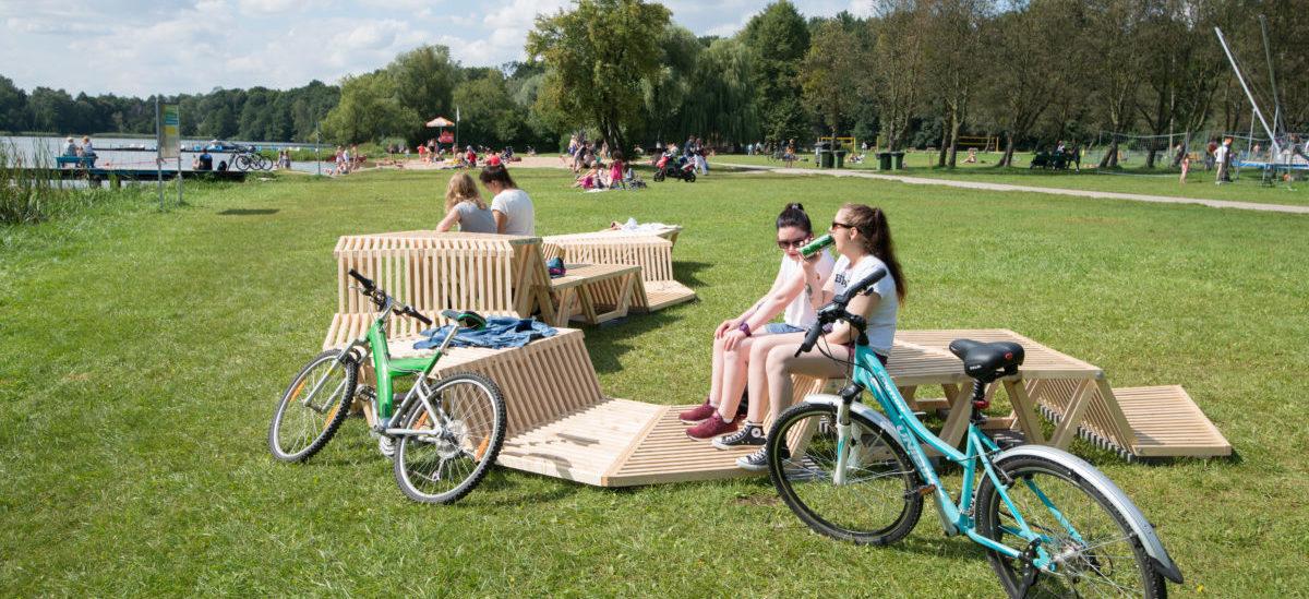 Drewniane meble wylegują się na poznańskich plażach