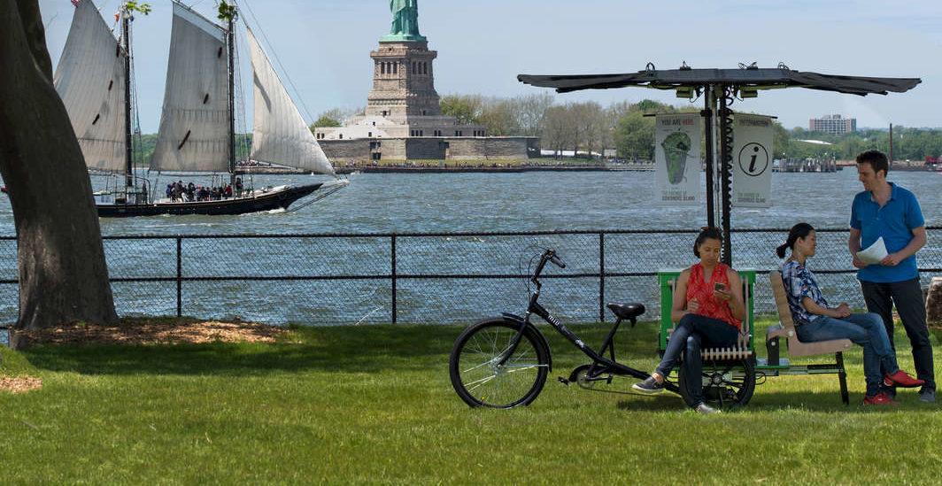 Rower, który daje w parku cień i wi-fi