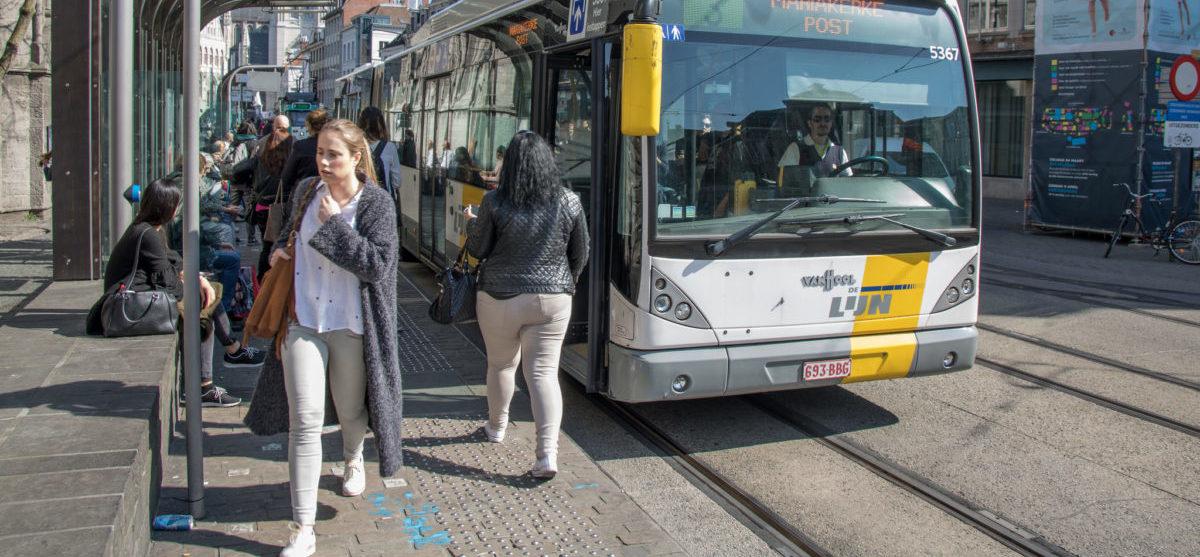 Millennialsi, w odróżnieniu od swoich rodziców, wolą komunikację miejską od samochodu
