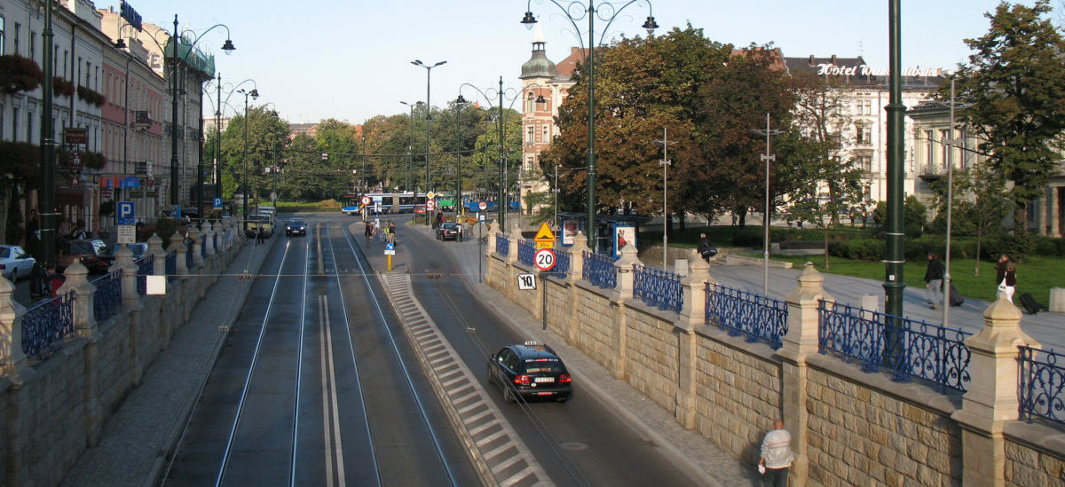 Lepszy transport publiczny i mniej miejsc parkingowych rozładowały centrum Krakowa