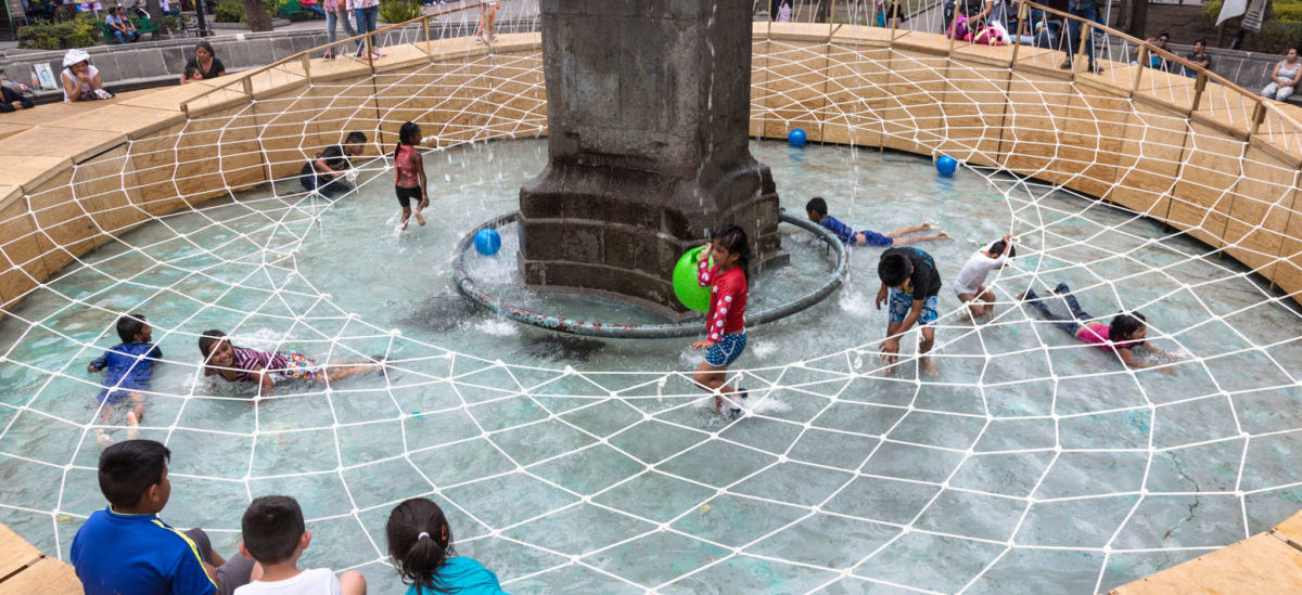 Fontanna przerobiona na wodny plac zabaw