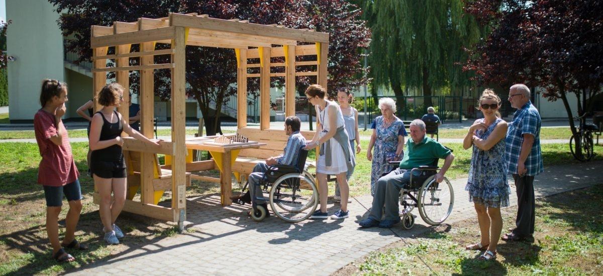 Drewnianymi konstrukcjami studenci ulepszają życie potrzebującym
