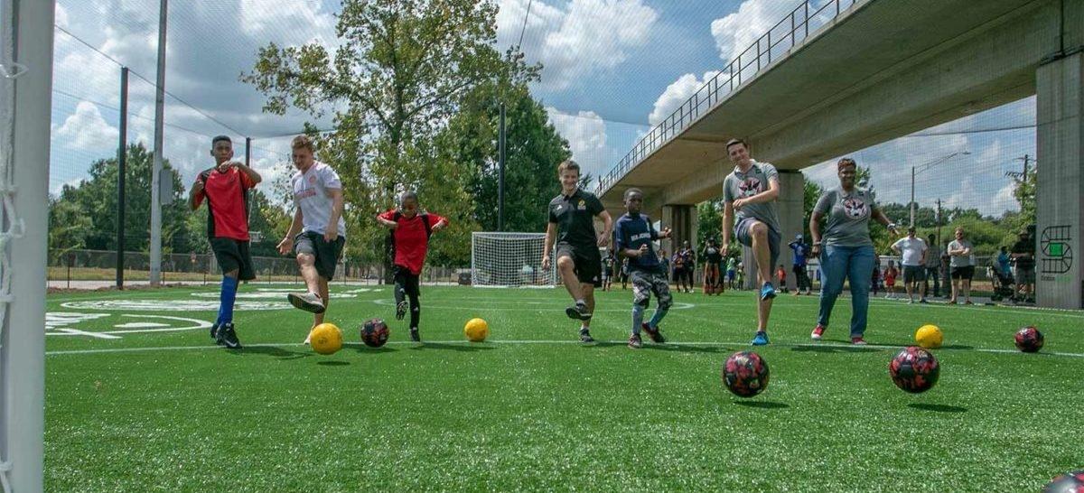 Na stacjach kolei miejskiej w Atlancie można zagrać w piłkę