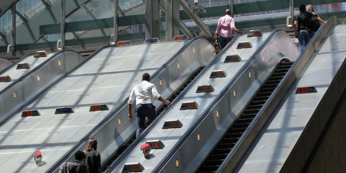 Automatycznie ustępujemy miejsce z lewej strony schodów ruchomych