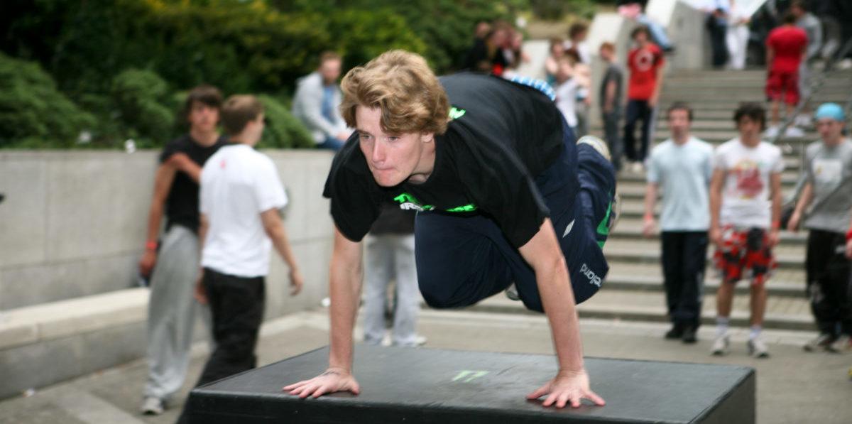 W Bostonie młodzi mistrzowie parkouru uczą starszych, jak bezpiecznie upadać