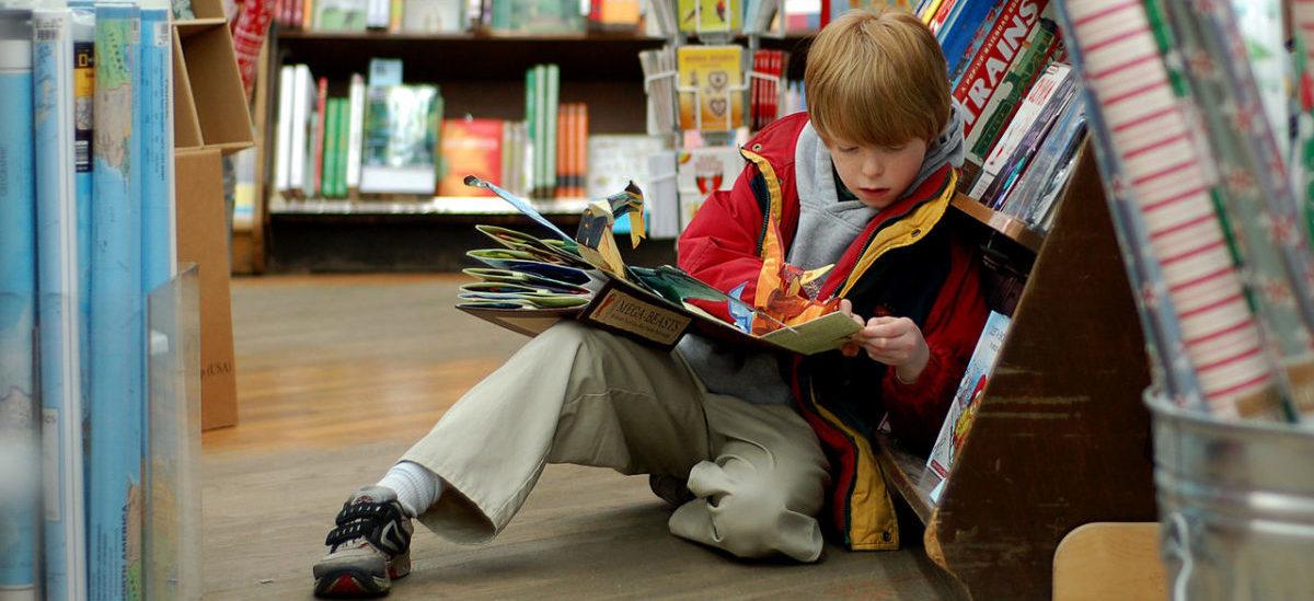 Dzieci dostają książki wzamian za odpady
