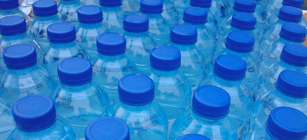 Szkoły, urzędy, a teraz lotniska: coraz więcej instytucji zakazuje używania plastikowych butelek