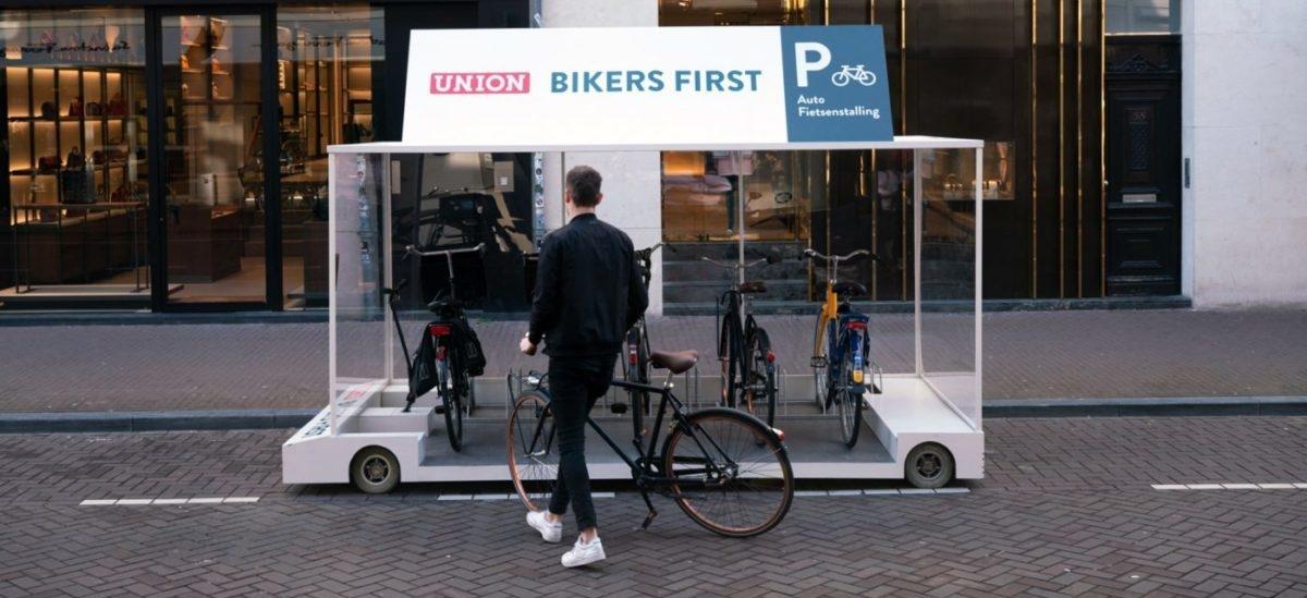 Zamiast parkingu dla jednego auta, postój dla ośmiu rowerów
