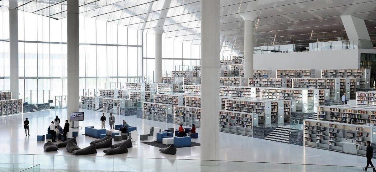 Biblioteka, w której książki służą nie tylko do czytania